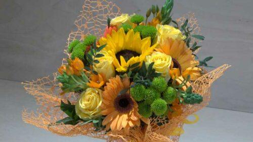 Mazzo di fiori giallo arancione con gerbere rose e margheritina