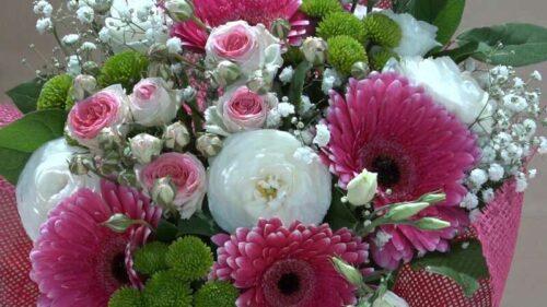 Mazzo di fiori rosa e bianco con roselline, gerbere e lisianthus