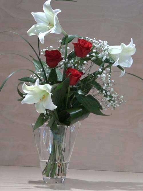 Mazzo di 3 rose rosse a gambo lungo con 3 lilium